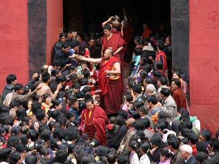 Crowds with Lama in Bakong Monastery in Dege