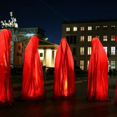 Eerie statues at the Brandenburger Tor