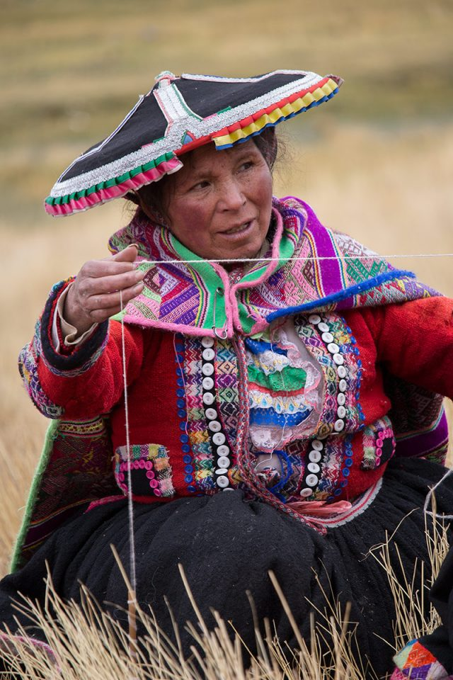 Andean Lodges: A Chillca local shows us the quality of the yarn