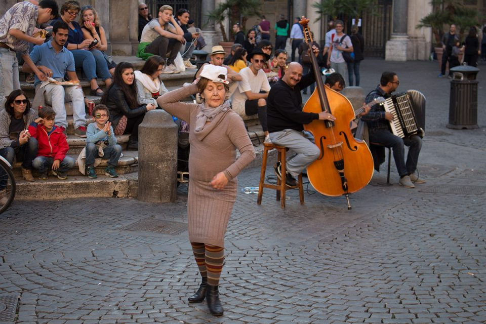 Rome off the beaten path: Lady dancing in Trastevere