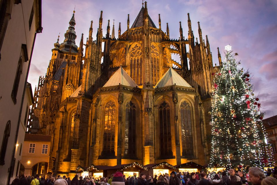 Christmas market behind St. Vitus Cathedral